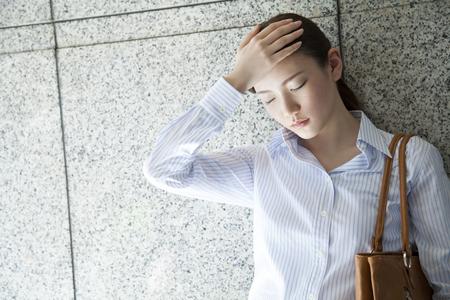 sunstroke: office lady holding head