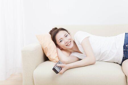 mujer viendo tv: Mujer que ve la TV
