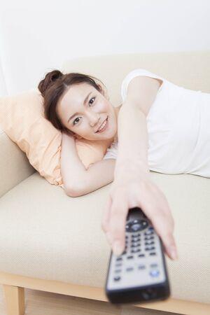 mujer viendo tv: Mujer VER LA TV