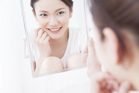seres vivos: Las mujeres miran en el espejo Foto de archivo