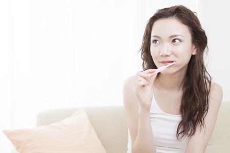 to be pleasant: Women brush their teeth