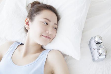 目を覚ます女性