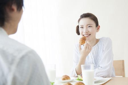 Men and women eating breakfast
