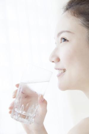 Woman drinking water Foto de archivo