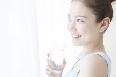 水を飲む女性