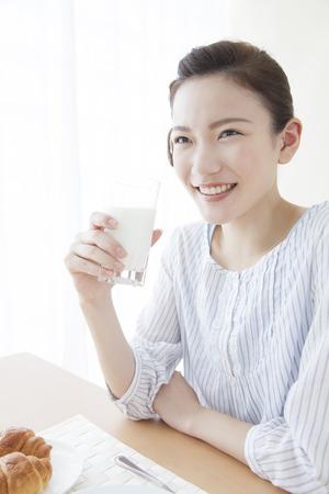 牛乳を飲む女性 写真素材