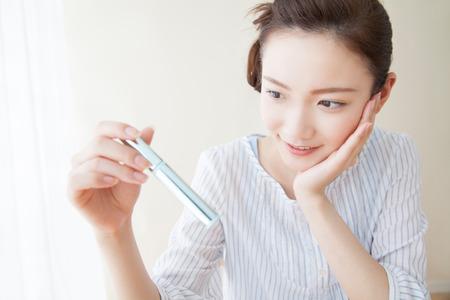 化粧品を選択する女性達 写真素材 - 43740982