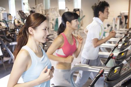 Männer und Frauen in der Turnhalle zu trainieren