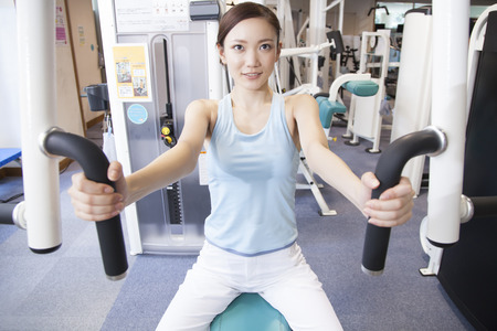 Woman to the muscle training in the gym 版權商用圖片