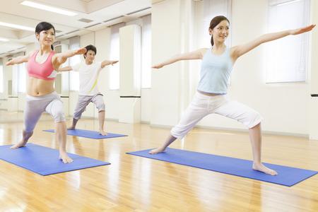 Männer und Frauen, die Yoga zu tun Standard-Bild - 49519267