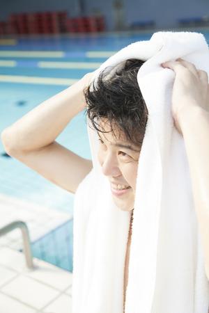 bath towel man: Men wipe the hair with a bath towel
