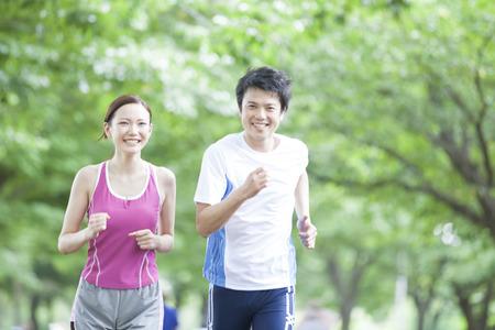 男性と女性がジョギングしています。