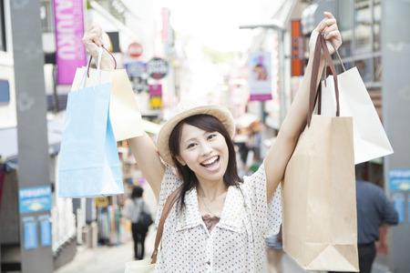 Vrouwen die hebben een veel winkels