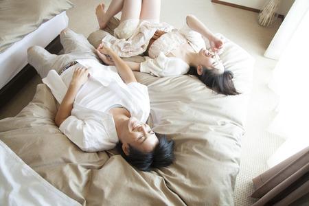 男性と女性は、ベッドで横になります。