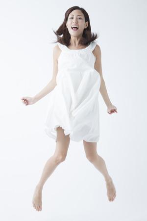 女性にジャンプします。