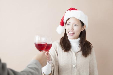 赤ワインで乾杯する女性