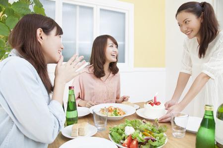 tortas de cumpleaños: Las mujeres que celebran el cumpleaños Foto de archivo