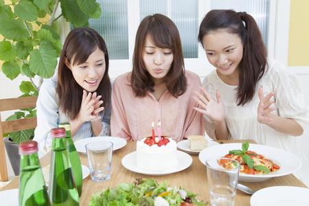 祝う: Women who celebrate the birthday