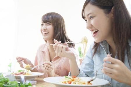 파스타를 먹는 여성