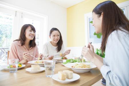 italienisches essen: Frauen, die Nudeln essen Lizenzfreie Bilder