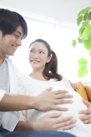 homme enceinte: Mari caresser le ventre d'une femme enceinte Banque d'images