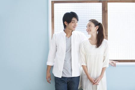 seres vivos: Las parejas entre sí fijamente a la ventana