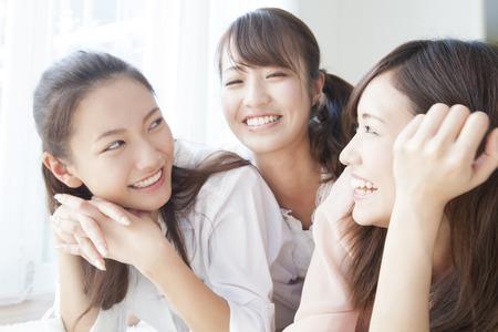 seres vivos: Las mujeres sonrientes Foto de archivo