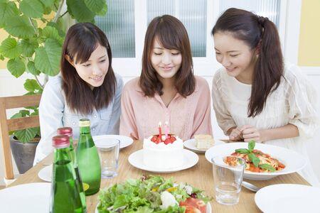 祝う: 誕生日を祝う女性 写真素材
