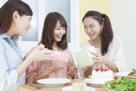 tortas de cumpleaños: Mujeres a una fiesta de cumpleaños