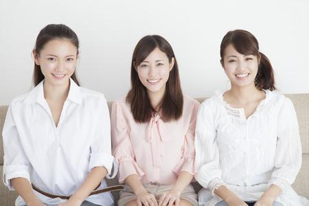 mujeres juntas: 3 personas sonrisa mujeres Foto de archivo