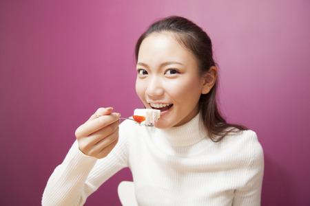 Frau Kuchen essen