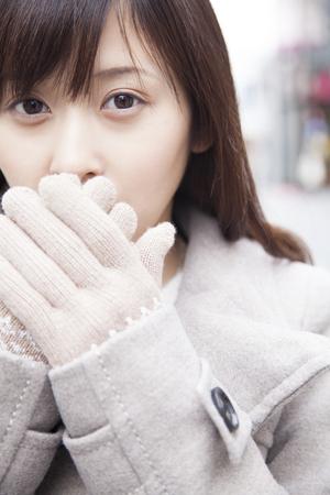 女性の手を暖める 写真素材