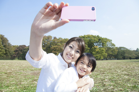Smartphone photo method take a mother and child photo