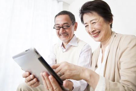 seres vivos: Senior couple to see the tablet PC