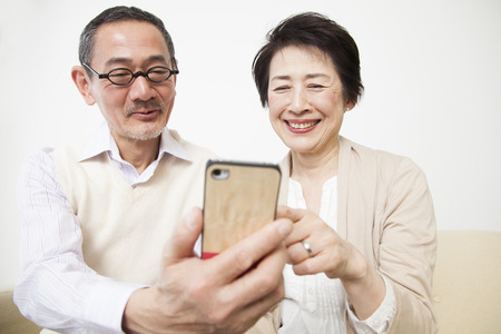 Senior couple to see the smartphone