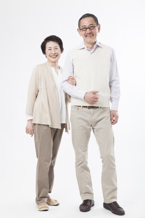 Matrimonios de edad sonriendo del brazo Foto de archivo - 43746304