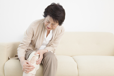 middle joint: Senior woman suffering from joint pain