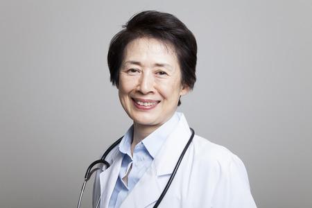 笑みを浮かべて女性医師