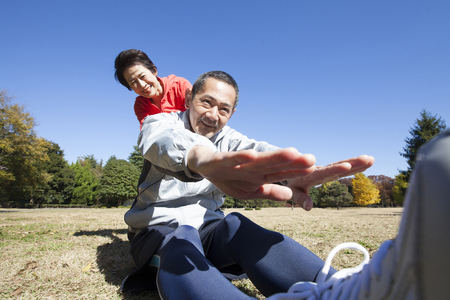 malleable: Senior couple stretching in the Park