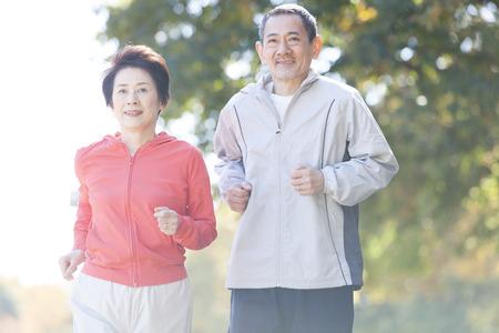 シニア カップル公園でジョギング