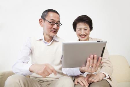 タブレット PC を参照してくださいにシニア カップル