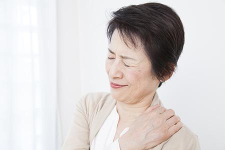 stiff: Senior women suffer from stiff neck Stock Photo