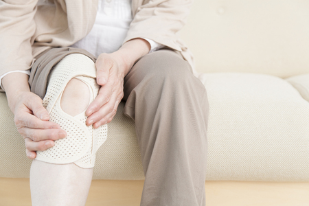 Ältere Frauen, die die Anhänger bis zum Knie wickeln