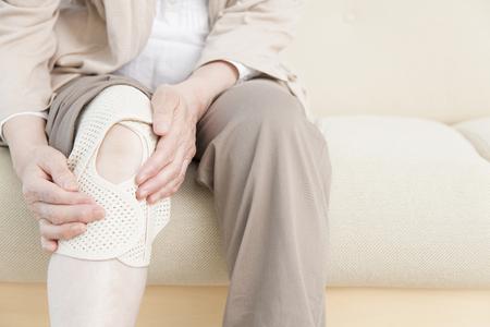 Mujeres mayores que terminan los aficionados a la rodilla