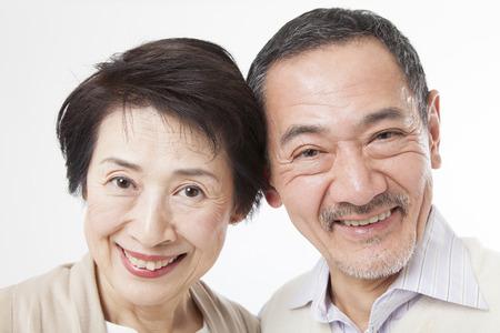 年配のカップルの笑みを浮かべてください。
