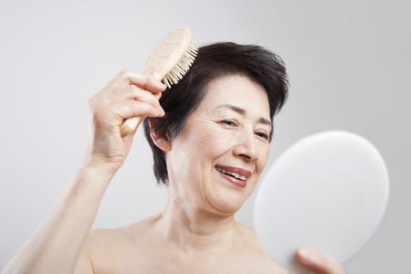 Mujeres mayores que peinan el cabello