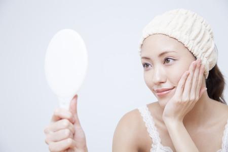 女性の笑顔し、鏡で見て 写真素材