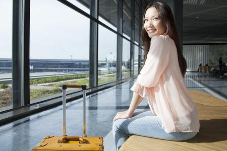 bewonderen: Women admire airfield Stockfoto