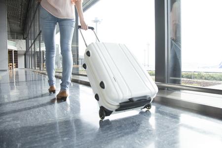 Hinter der Frau zu Fuß durch den Koffer Subtrahieren Standard-Bild - 51459292