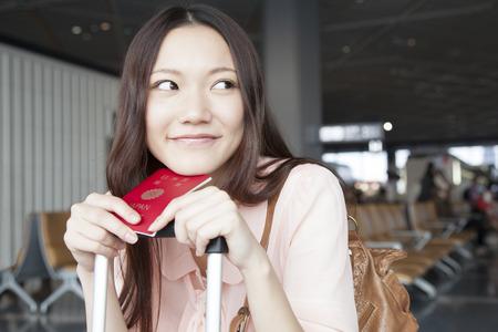 gente aeropuerto: Mujer que sostiene un pasaporte Foto de archivo